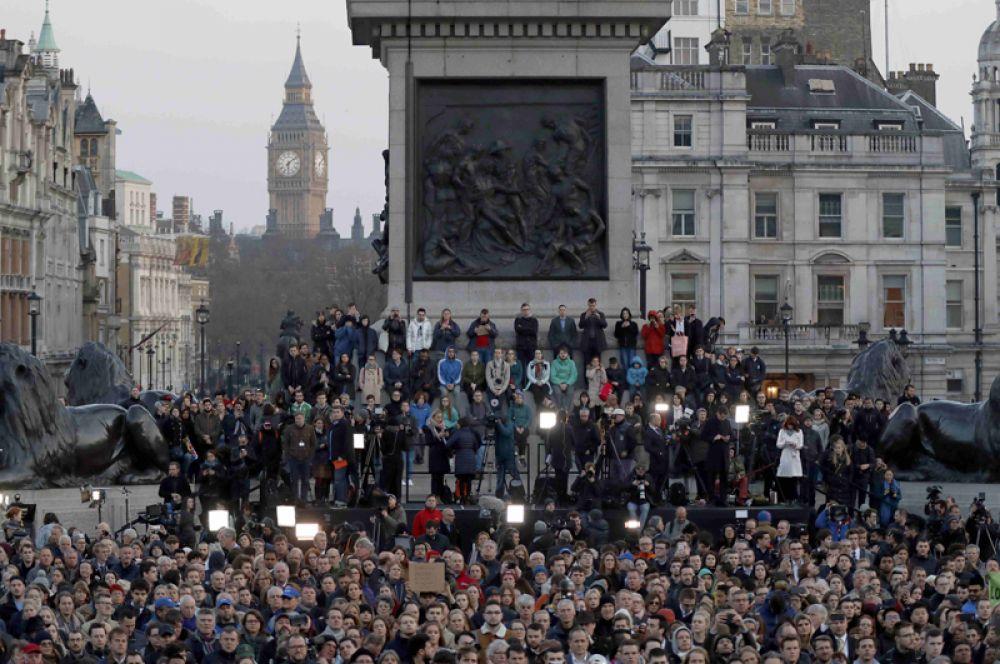 В Траурном митинге на Трафальгарской площади приняли участие сотни человек.