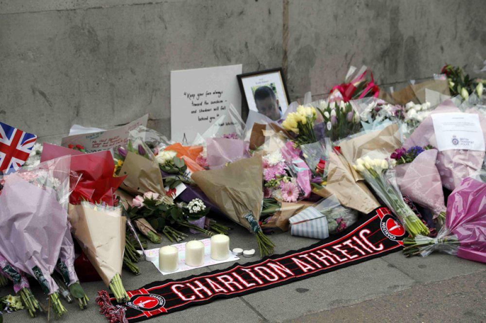 Цветы и фотографии жертв.