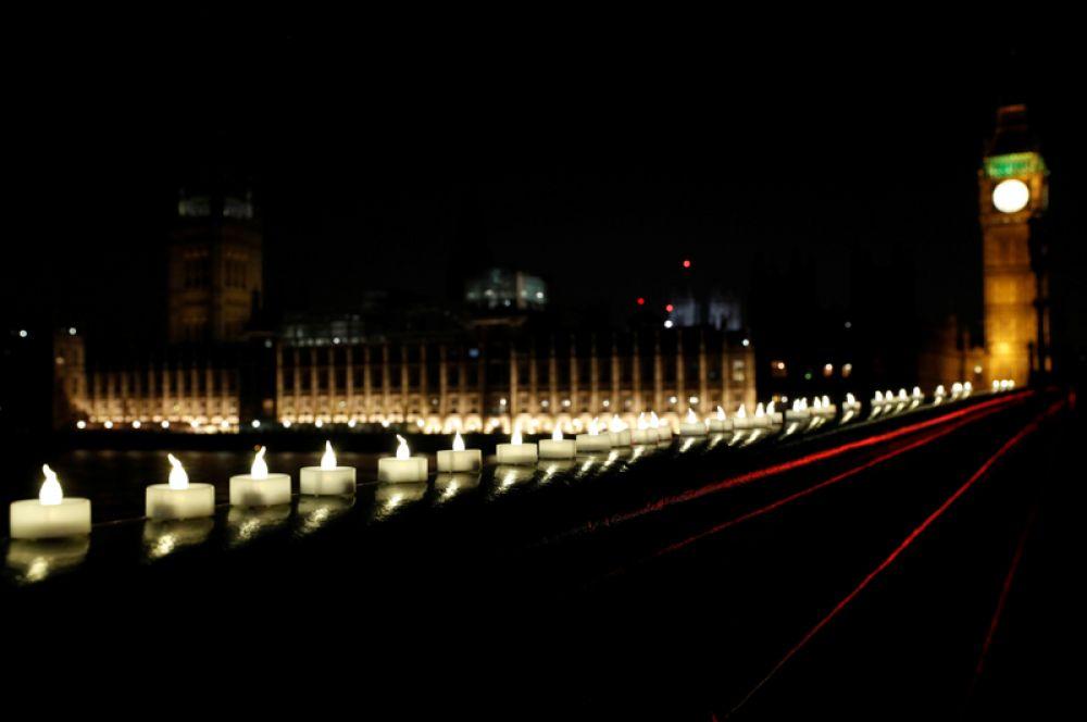 Свечи на ограде Вестминстерского моста.