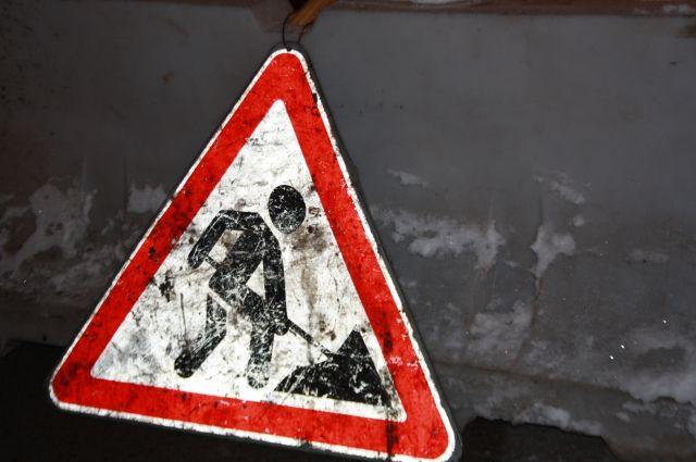 На месте провала асфальта в Кемерове ведутся ремонтные работы.