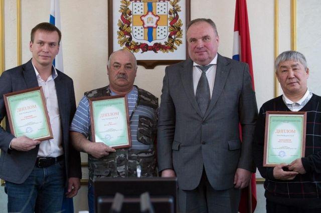 Наилучших многодетных отцов Омской области наградили дипломами иденежными премиями