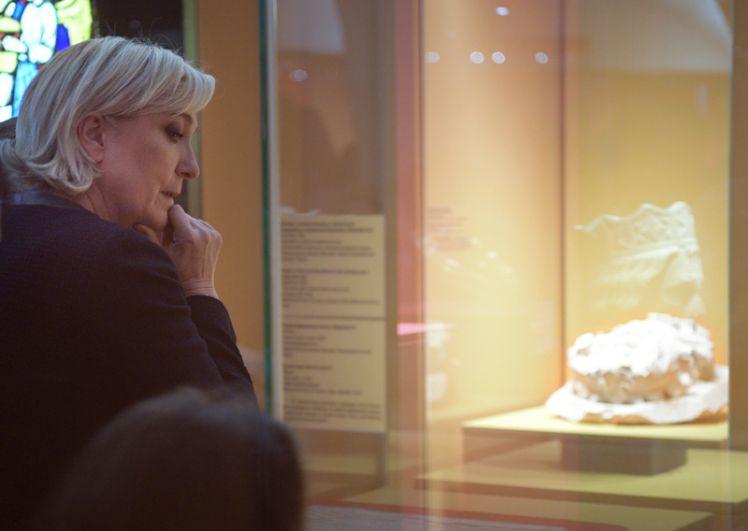 Марин Ле Пен во время осмотра экспонатов музея.
