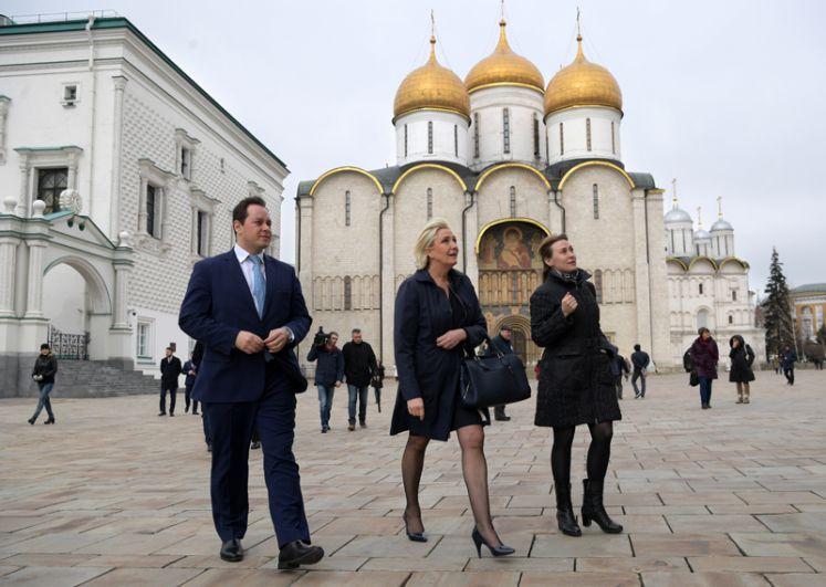 Марин Ле Пен на Соборной площади Кремля.