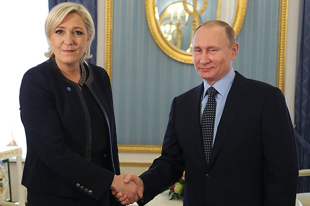 24 марта 2017. Президент РФ Владимир Путин и лидер политической партии Франции «Национальный фронт», кандидат в президенты Франции Марин Ле Пен во время встречи.