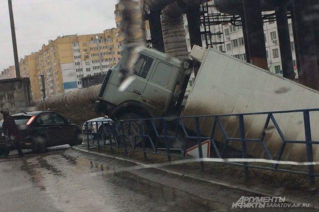 Фургон наБлинова скатился сгорки изадавил саратовца