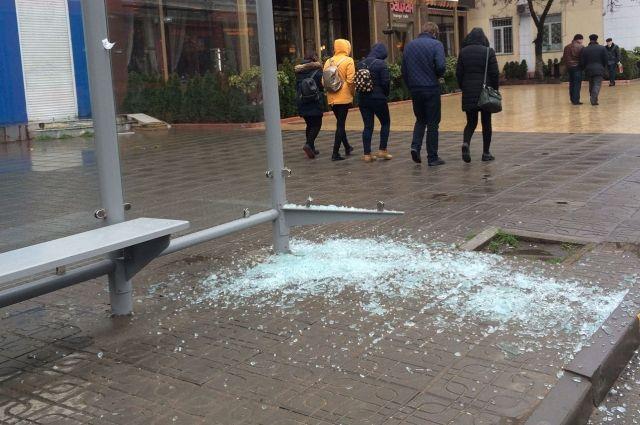 Новый остановочный павильон напроспекте Гамзатова Махачкалы изуродовали вандалы