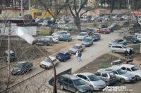 Улица Фрунзе в Смоленске в день авиашоу: автомобили стоят в пробке, люди оставляют машины во дворах близлежащих домов и идут на аэродром пешком
