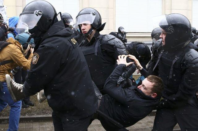 Правозащитники сообщили о задержании двоих россиян на акции в Минске