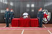 На церемонии прощания присутствовали сотрудники МЧС, родственники и друзья погибшего.