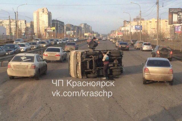 От столкновения грузовик перевернулся и отлетел на несколько метров.