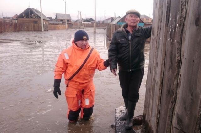Под талыми водами оказались 30 домов в поселке Каа-Хем Кызылского района.