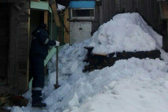 Дверь в квартиру пожилого мужчина оказалась заблокирована снегом