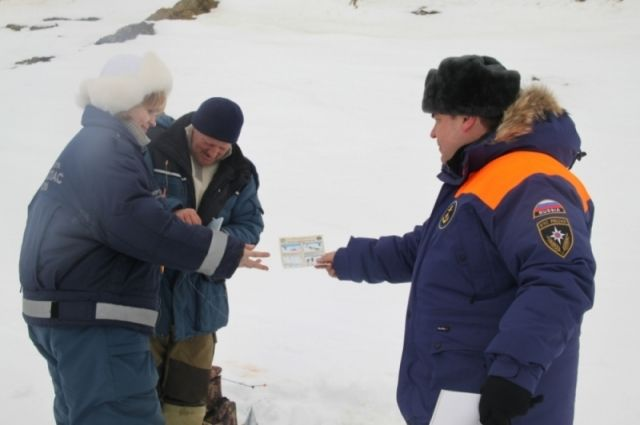 Спасатели раздают памятки и листовки.