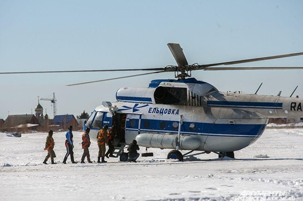 Каждому участнику предстояло по пять раз выпрыгнуть из вертолета