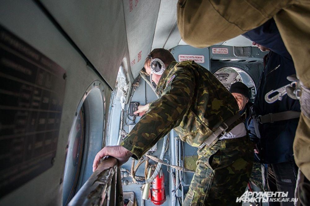 В воздушных тренировках также принимали участие три летчика-наблюдателя, которые помогали огнеборцам освоить навык высадки из вертолета