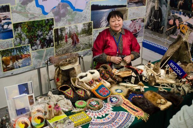 Мастерица везет на ярмарку изделия из меха, ровдуги и бересты.