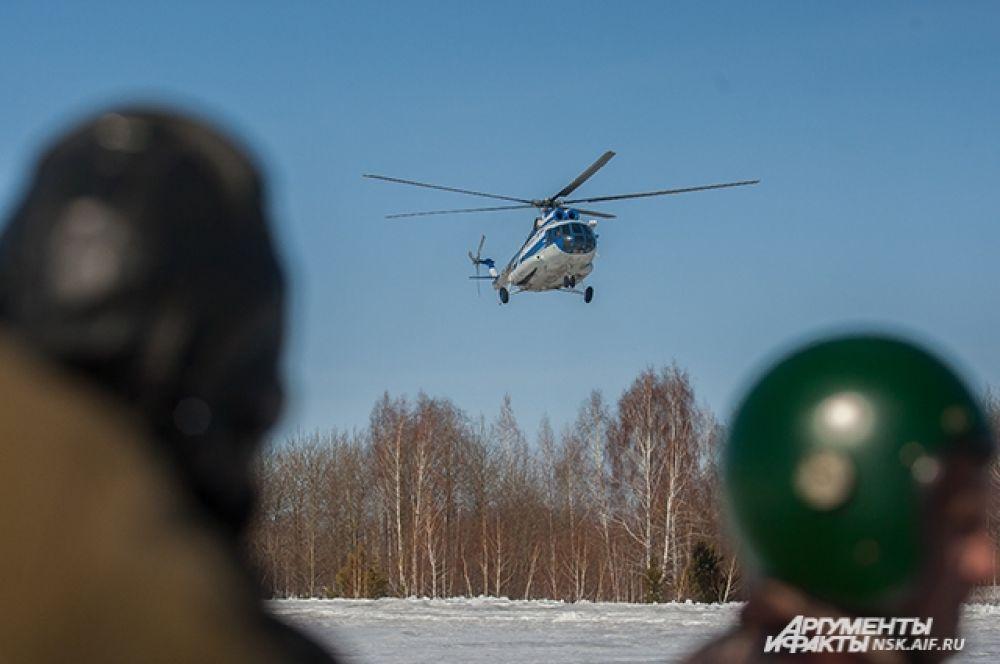 Десантники-пожарные спускались на специальном устройстве в полном снаряжении с высоты от 20 до 50 метров