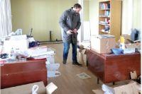 Многие коробки до сих пор не распакованы.