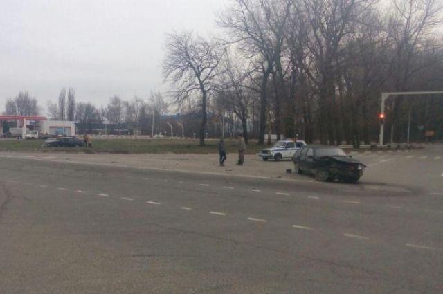 Две российские легковушки столкнулись напроспекте Кулакова вСтаврополе
