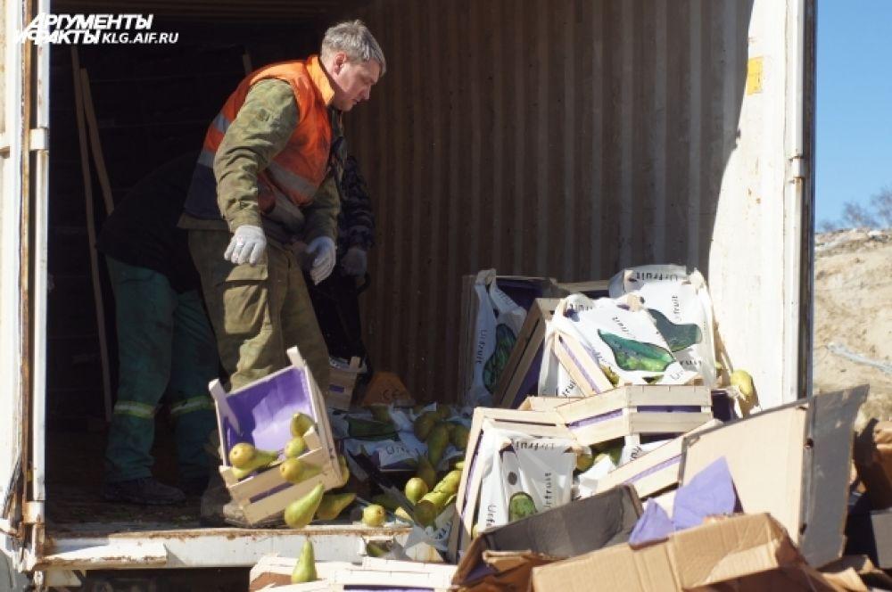 Коробки с продукцией вскоре окажутся под гусеницами трактора.