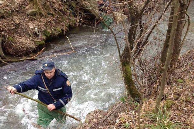 Спасатели в реке ищут тело ребенка
