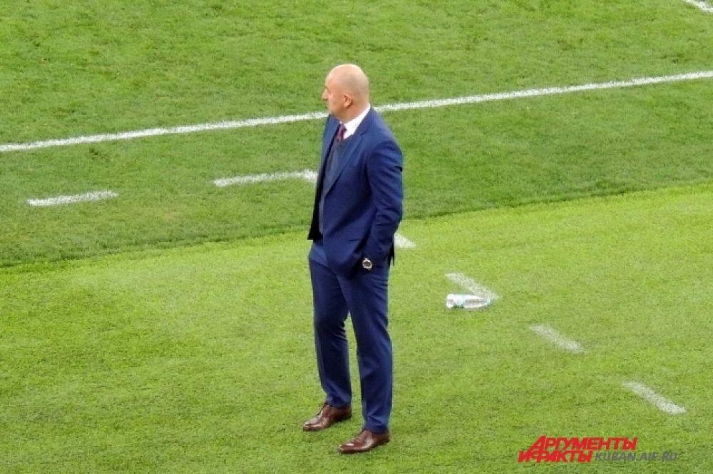 На протяжении всей игры Станислав Черчесов прохаживался у кромки поля с взволнованным видом.