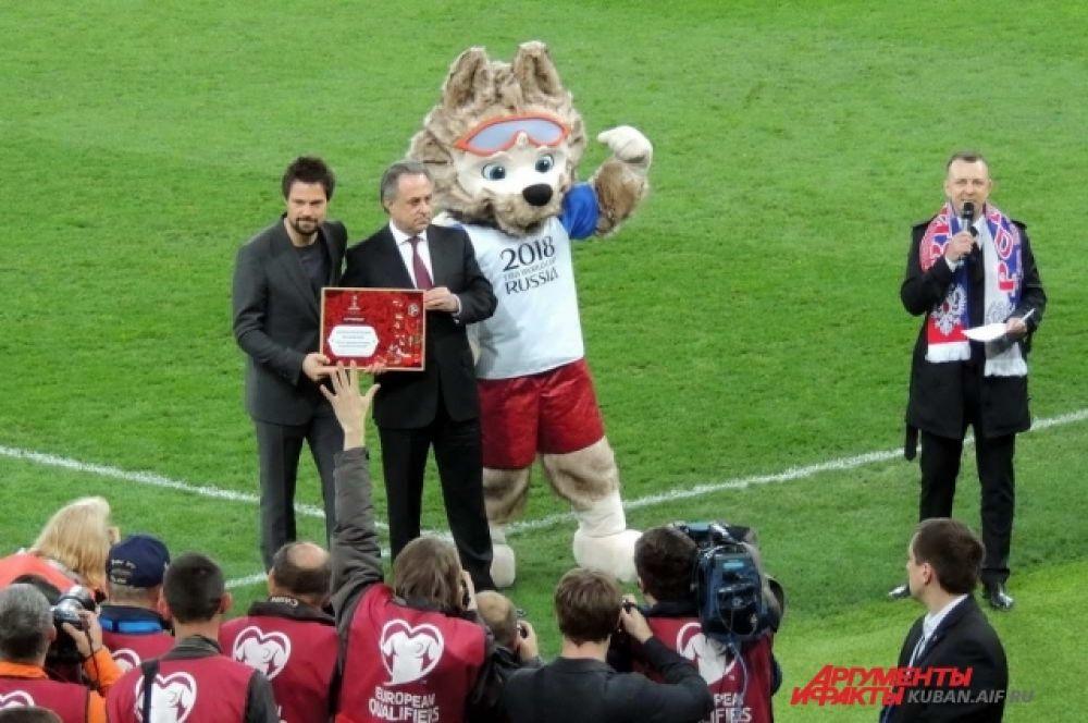 Перед началом матча президент РФС Виталий Мутко вручил актеру Даниле Козловскому сертификат посла Чемпионата мира по футболу в России.