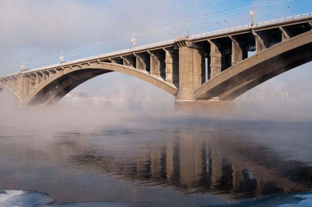 Сперил Коммунального моста снова сняли мужчину