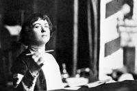 Александра Коллонтай выступает с трибуны 2-й Международной женской конференции, 1921 г.