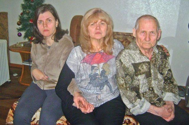 На руках Елены Кандауровой остались старенький отец и недееспособная дочь