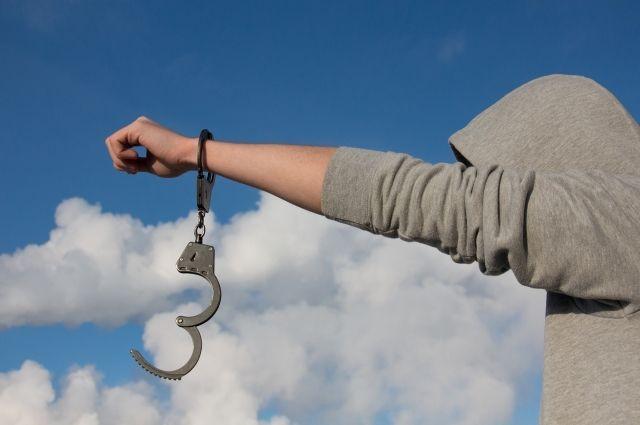 Беглец открыл наручники.