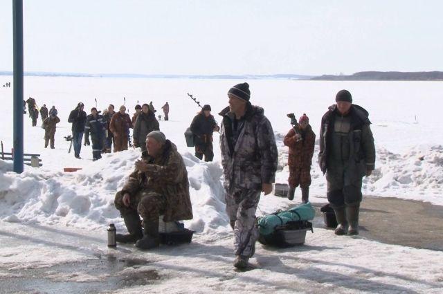 По словам специалистов, лед пока годен для ловли рыбы.