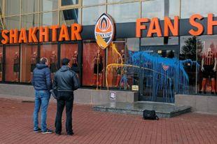 Неизвестные облили краской магазин «Шахтера» в Харькове