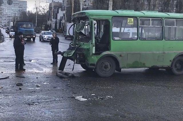 ВВоронеже шофёр и2 пассажира маршрутки пострадали вДТП с фургоном