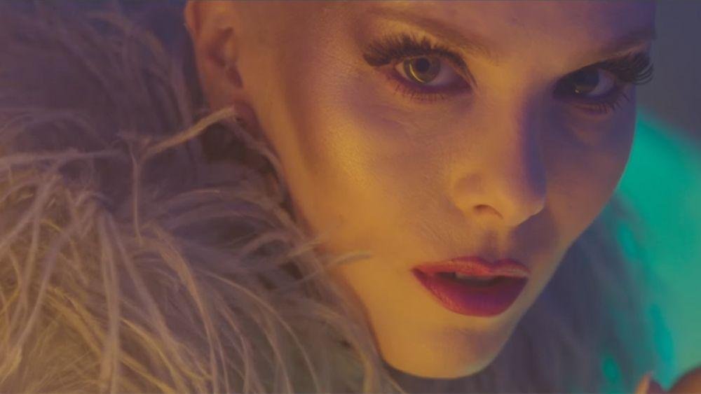 Певица Свала из Исландии исполнит песню «Paper» («Бумага»).