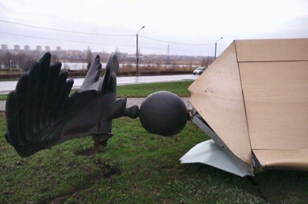 25-метровый монумент упал с постамента из-за сильного ветра.