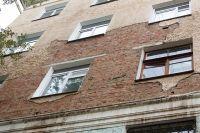 Фасад осыпается в многоквартирных домах города