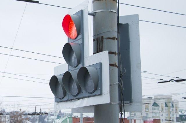 В Оренбурге ремонтируют очередной светофор