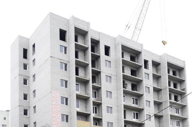 Дом-долгострой манит жильцов полностью возведённой «коробкой», но сроки сдачи здания не определены.