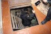 Предметы старины приставы нашли в погребе одного из домов должницы.