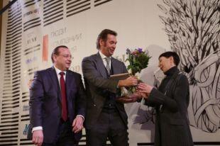 Андрея Кузяева (в центре) наградили за памятник Николаю Мешкову.