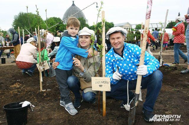 Посадка «именных деревьев» стала традицией для многих москвичей. На фото гимнаст Алексей Немов с семьёй.