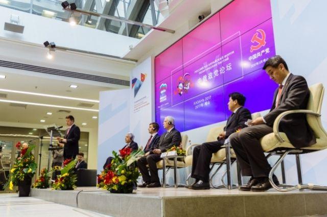 На российско-китайском деловом форуме в Казани 23 марта.
