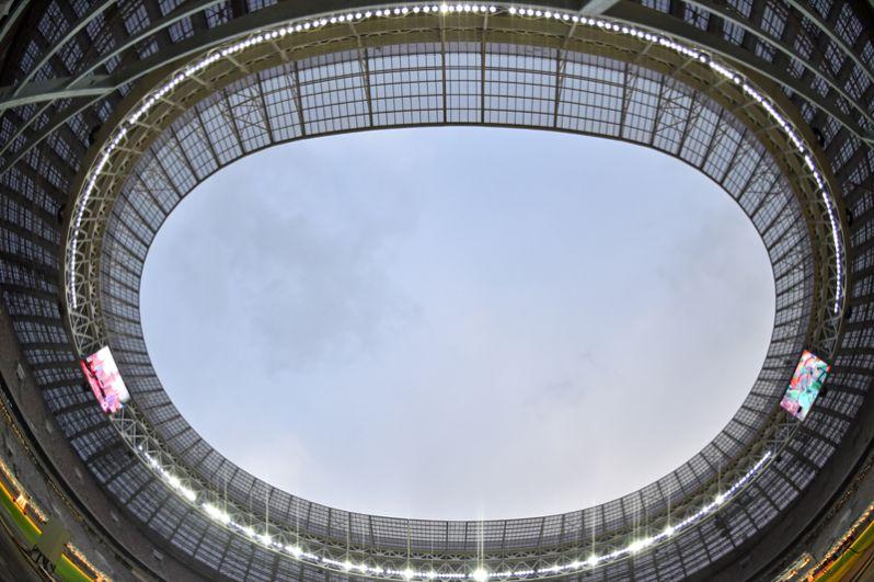 Для защиты зрителей от возможных осадков козырёк кровли по периметру стадиона был удлинён.