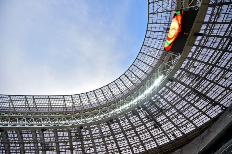 Благодаря вмонтированным в кровлю светодиодам, в период проведения матчей и массовых мероприятий она может превращаться в огромный медиа-экран, куда можно выводить флаги команд и табло и транслировать видеоролики.