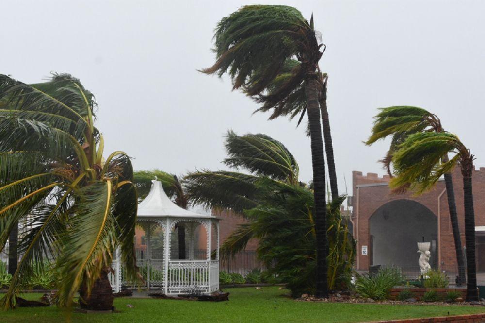 Из районов бедствия были эвакуированы десятки тысяч человек.