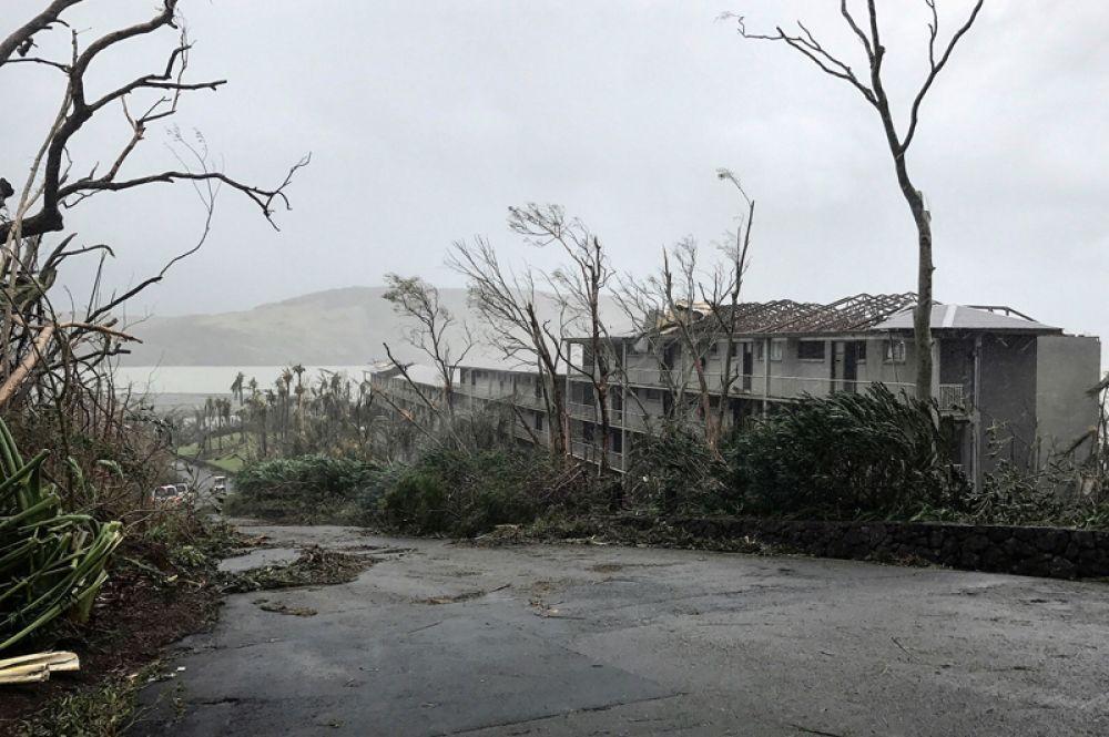 Туда направлена военная техника и продовольствие, спасатели помогают в уборке поваленных деревьев и ремонте линий электропередач.