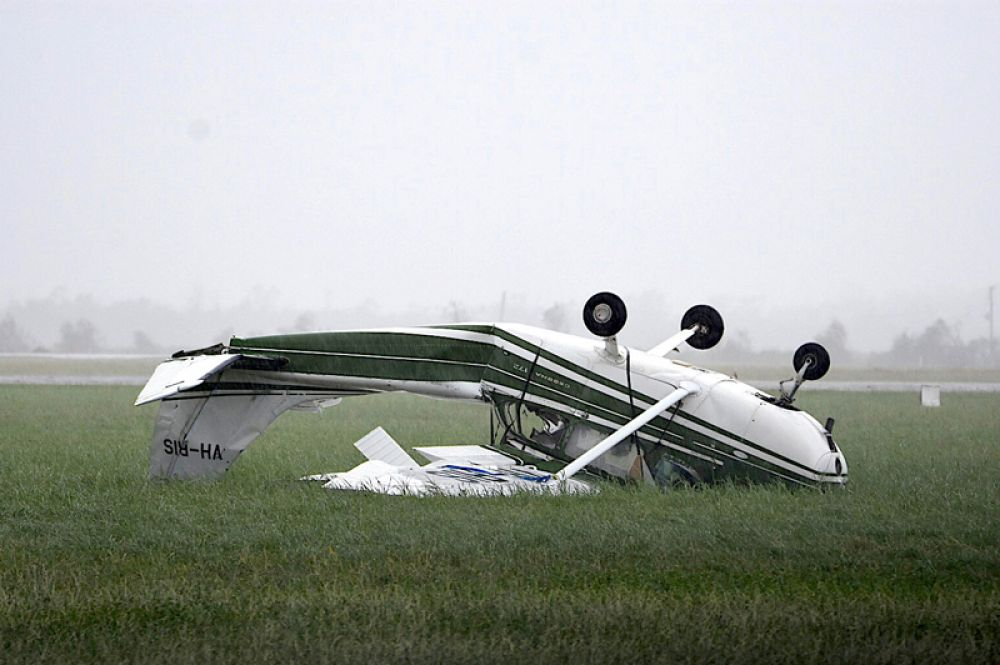 Упавший из-за сильного ветра частный самолёт в аэропорту города Боуэн.