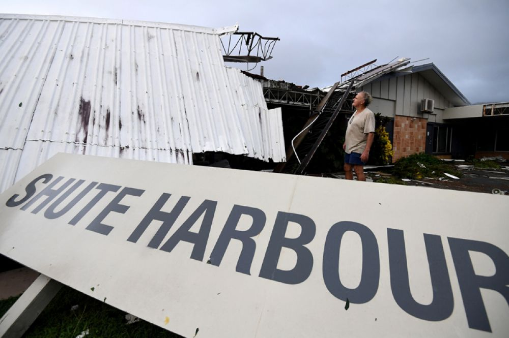 Сильный ветер повредил линии электропередач, из-за чего тысячи домов остались без света.