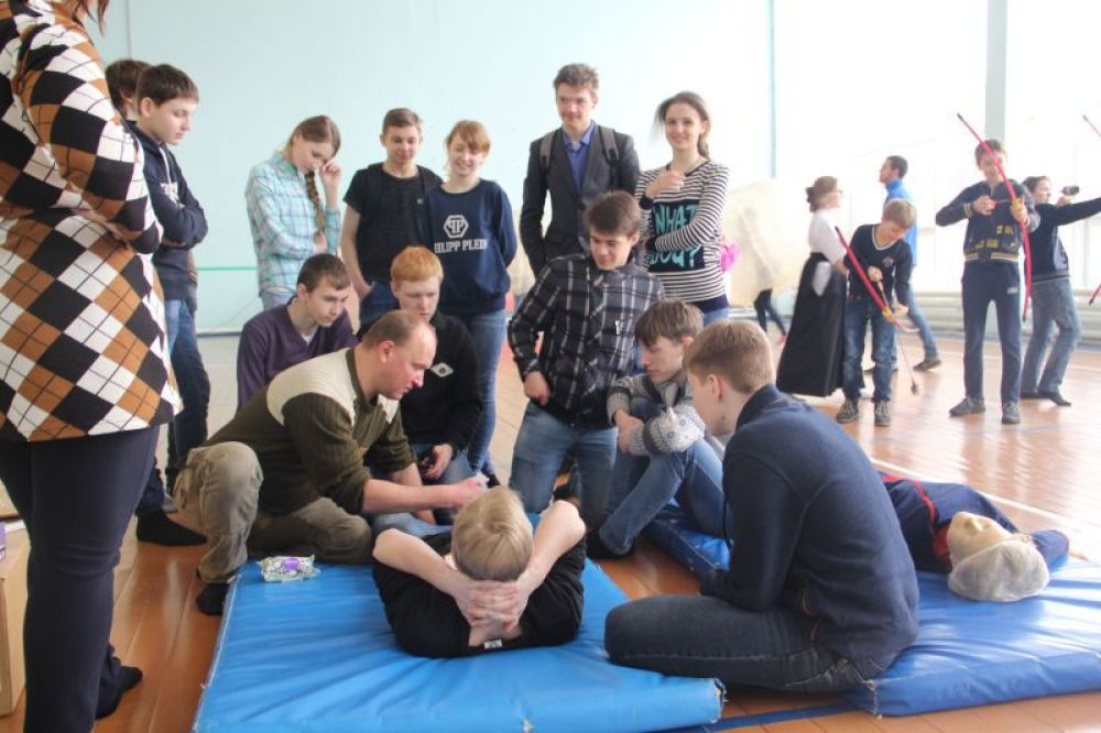 Путешественник Анатолий Хижняк учит оказывать первую помощь.